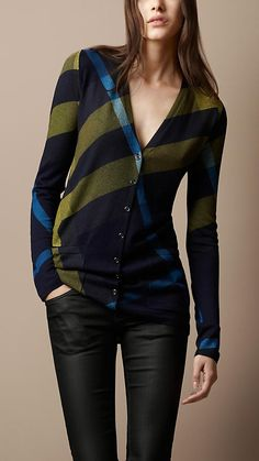 Shop from a year-round selection of Burberry women's knitwear, including sweaters and cardigans in wool and cashmere. Fashion Moda, Look Fashion, Womens Fashion, Fashion Sets, Looks Style, Style Me, Wool Cardigan, Mode Style, Autumn Winter Fashion