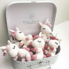 A suitcase full of little unicorns This is an original pattern (in English using American terminology) to create your own sweet little unicorn called Aurora. Crochet Diy, Crochet Amigurumi, Amigurumi Patterns, Amigurumi Doll, Crochet Crafts, Crochet Dolls, Yarn Crafts, Crochet Projects
