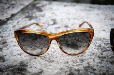 Il sole mette decisamente di buon umore e per proteggere i nostri occhi, nonché assumere un aspetto chic o sportivo a seconda del caso, c'è un accessorio immancabile ed irrinunciabile: gli occhiali da sole.