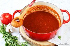 Sos marinara - uniwersalny włoski sos pomidorowy do pizzy, makaronu, zapiekanek makaronowych itd. Prosty i pyszny przepis.