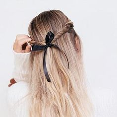 15 Pretty Holiday Hairstyles To Try This Christmas Cool Blonde, Brown Blonde Hair, Light Brown Hair, Brunette Hair, Blonde Balayage, Blonde Highlights, Easy Wedding Guest Hairstyles, Wedding Updo, Bubble Ponytail