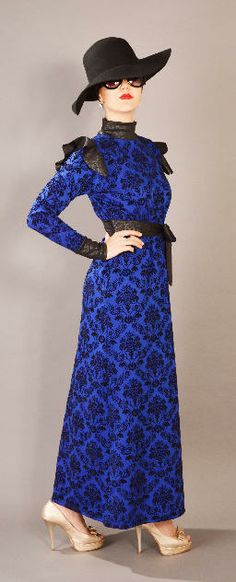 STELA Bic Luxuriously gorgeous dress features full sleeves, long neck and finished with a beautiful separate belt which completes the look. Hight fashion Scuba fabric with trendy pattern in black and blue royal color. Size:S-M-L €85.00
