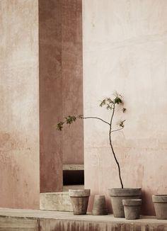 Minimalism rethought: New Mediterranean interior trend Interior Design Minimalist, Modern Minimalist, Color Inspiration, Interior Inspiration, Minimalism Living, Tadelakt, Dashboard Design, Mediterranean Homes, Slow Living