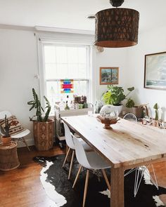 Beautiful boho jungle vibe kitchen with cowhide rug and natural wood dining table Interior Exterior, Interior Design, Kitchen Dinning, Dining Table, Uo Home, Dining Room Inspiration, Home Decor Furniture, Decoration, Sweet Home
