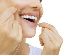 Zahnzwischenräume haben eine erhöhte Kariesgefahr, da eine normale Zahnbürste schlecht in die Zahnzwischenräume kommt. Zahnseide kann helfen.