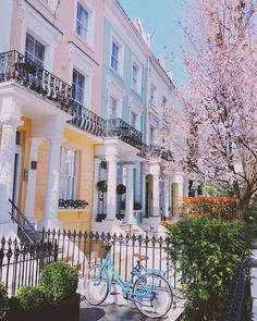 Blooming Lovely Café - The Londoner Summer Photography, Travel Photography, San Francisco Girls, San Francisco Cafe, London Cafe, London Street, Townhouse Exterior, London Dreams, London Townhouse