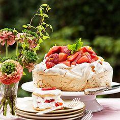 Pavlova tårta med jordgubbar och apelsin