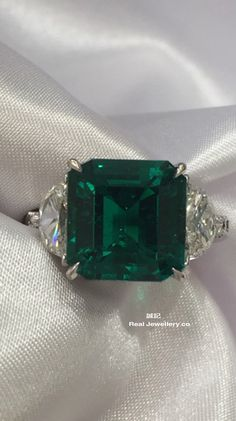 Colombia emerald with diamonds ring。誠記 Real Jewellery co.。