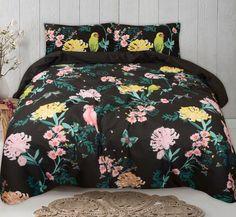 Dit moderne dekbedovertrek heeft hoge contrasten, prachtig gekleurde bloemen en vogels tegen een zwarte achtergrond. Helemaal van deze tijd! Bright Flowers, Comforters, Blanket, Bed, Modern, Home, Glitter Flowers, Creature Comforts, Quilts