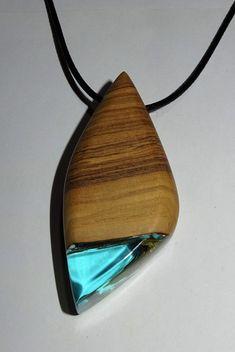 elegante collar en madera de olivo y resina azul, con un grosor generoso , esta…