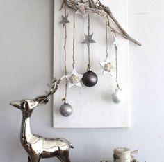 AW51 – Edle Weihnachtswanddeko! Holzbrett natürlich dekoriert mit einem Rebenast, Sternen aus Birke, Holzsternen, Kugeln und Engelshaar! Preis 34,90€