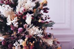 NOEL BOHÈME ET POÉTIQUE - Création Vanessa POUZET. Un sapin tout en fleurs séchées. #DIY #NOEL #christmas #sapindenoel #decorationnoel #decoration #boheme #fleurssechees Christmas Travel, Christmas Baby, Diy Christmas Gifts, Christmas 2019, Holiday Crafts, Christmas Wreaths, Merry Christmas, Christmas Decorations, Xmas