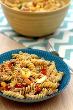 Salade de pâtes composée: thon, oeufs, poivron et tomates