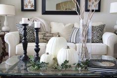 déco d'automne avec bougeoirs et citrouille en couleur blanche