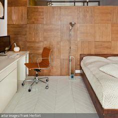 Die Farbe Cognac ist warm und zeitlos! Besonders gut macht sich der Farbton auf dem Bürostuhl von Eames. - mehr auf roomido.com