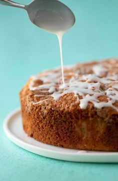 A deliciously easy Cinnamon Apple Cake packed with fresh apples and features a crunchy cinnamon topping and a drizzle of sweet frosting. Apple Cake Recipes, Apple Desserts, Donut Recipes, Easy Cake Recipes, Baking Recipes, Apple Cinnamon Cake, Cinnamon Recipe, Cinnamon Sugar Donuts, Cinnamon Apples