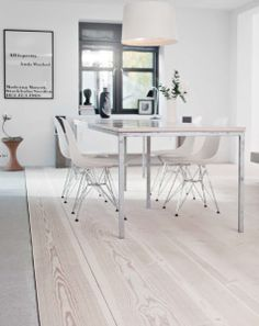 Creative Ways to Give Your Floors a New Look For those who have outdated flooring in their home, you can easily remedy this situation with the Home Interior, Interior Decorating, Interior Design, Scandinavian Home, Home And Living, Home Kitchens, Home Remodeling, Sweet Home, Lounge