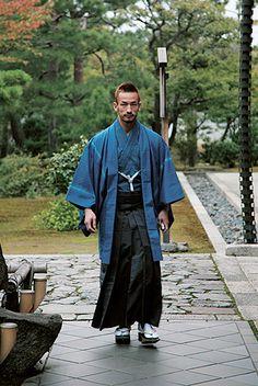 Former football player Hidetoshi Nakata in kimono ordered from Fukumi Shimura Look Kimono, Male Kimono, Yukata Kimono, Japanese Outfits, Japanese Fashion, Asian Fashion, Japanese Clothing, Japanese Costume, Japanese Kimono