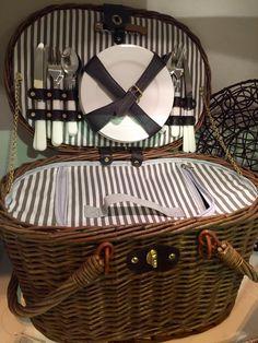 Cesta de picnic de The Welly Home incluye todos los accesorios: 4 cubiertos,4 platos de cerámica, 4 vasos de plástico, un sacacorchos e interior térmico.