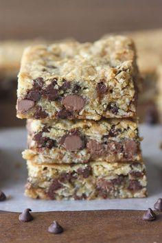 Oatmeal Chocolate Chip Cookie Bars - Chocolate Chip - Ideas of Chocolate Chip - Oatmeal Chocolate Chip Cookie Bars thick and chewy cookie bars with oats and chocolate. A family favorite! Köstliche Desserts, Delicious Desserts, Dessert Recipes, Desserts With Oats, Bar Recipes, Plated Desserts, Desserts With Chocolate Chips, Layered Desserts, Chocolate Chip Recipes