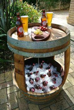 Botellero en Barril de madera y mesa.