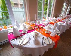 Pendant la cérémonie, les tables étaient poussées sur les bords et je n'avais pas mis le centre de table au complet pour ne pas voler le punch quand les gens allaient revenir dans la salle montée pour la réception, après le cocktail. Mais ça donne une bonne idée du punch de couleur de mes chemins de table.