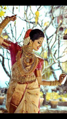 South indian bride in beautiful temple jewellery Bridal Sari, Indian Bridal Wear, Saree Wedding, Bridal Dresses, Kerala Bride, Hindu Bride, South Indian Weddings, South Indian Bride, Designer Blouse Patterns