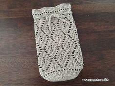 巾着とお揃いで編んだリーフ柄のペットボトルホルダーの編み図、書けました!お揃いのリーフ柄の巾着もあります!巾着の方は1模様16目ですが、ペットボトルホルダーは巾着に比べてサイズが小さめなので、1模様の目数を14目に減らしてみました。今回、持