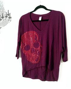 Camisa modelo arredondeada en tela visco vino con aplique calavera