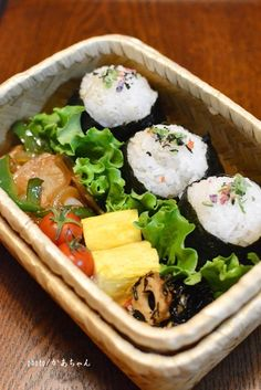 Rice ball lunch in the bamboo basket.
