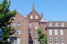 Het gemeentehuis van Venray is gevestigd in het voormalige Ursulinenklooster. Zusters Augustinessen bewoonden dit klooster en runden de middelbare school tot de Fransen in 1803 alle kloosters sloten. In 1838 kwamen er Ursulinen uit België per huifkar (zie de windvaan op het dak) en vestigden zich om opnieuw onderwijs te verzorgen. In 1915 was hier het eerste katholieke meisjes-gymnasium in Nederland.