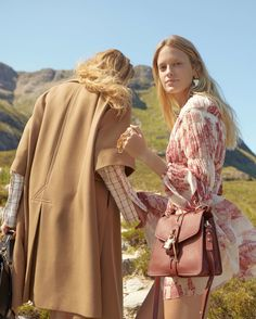 Chloe Heads to The Highlands for Fall 2019 Campaign - Fashion Chloe Fashion, Daily Fashion, Fashion 2020, Fashion Brands, Spring Fashion, High Fashion, Women's Fashion, Chloe Brand, Campaign Fashion