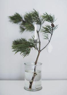 Dennentak met kaarsje en ornament in vaas, eenvoudig maar mooi, voor kerst