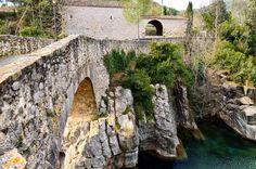 Puente sobre el río Muga, Sant Llorenç de la Muga. #santllorençdelamuga #emporda #girona #paseos #walking #niceplaces #niceshots #lugaresconencanto #instalike #instapic #instalovers #historia #history #medieval #architecture #godvibes #buenasvibraciones #freelife #freelifestyle #gypsysoul #nikon