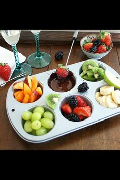 Inspired Edibles: DIY Chocolate Fondue for Two ---dark chocolate with fruit, healthier dessert for date night Fondue Recipes, Cooking Recipes, Cooking Tips, Dinner Recipes, Comida Picnic, Fondue Party, Romantic Dinners, Romantic Ideas, Romantic Night