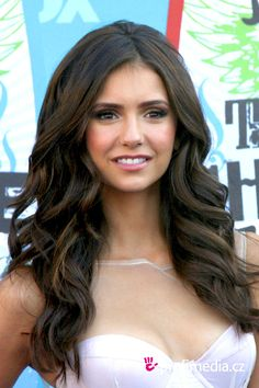 Nina Dobrev - I her hair Celebrity Hairstyles, Braided Hairstyles, Wedding Hairstyles, Cool Hairstyles, Nina Debrov, Girls Tumbler, Cw Series, Guy, Layered Haircuts