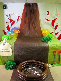Chocolate Waterfall for willy wonka trunk or treat Wonka Chocolate Factory, Charlie Chocolate Factory, Willy Wonka Halloween, Halloween 2019, Halloween Themes, Candy Land Theme, Golden Birthday, Birthday Bash, Ideas Party