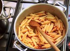 Ik+goot+altijd+mijn+pasta+af+met+een+vergiet+boven+de+gootsteen.+Na+deze+gouden+tip+gezien+te+hebben?+Nooit+meer!