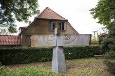#Schleswig Ganze vier Meter umfasst die Spannweite der mächtigen Flügel des steinernen Adlers. Der schwere Stein scheint dadurch beinahe zu schweben. Der Künstler sieht in der Skulptur ein Symbol für Sonne, K...
