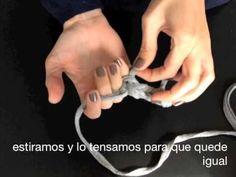 Este es el primer video-tutorial para www.santapazienzia.com, os muestro cómo tejer una pulsera de trapillo sólo con nuestros dedos.