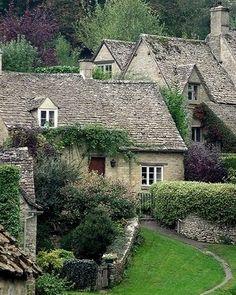 English Stone cottage. / bontool.com
