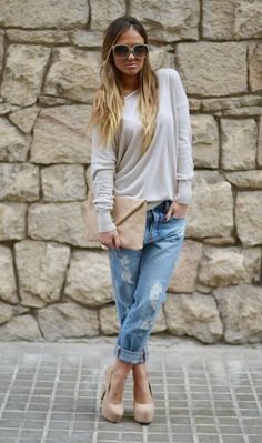 Slouchy beige sweater, rolled up boyfriend jeans, nude pumps and clutch...cute!