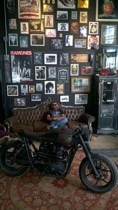 "I meet the ""Ronin"" Triumph Bonneville of Shibuya Garage - São Paulo - Bra - Männer Zimmer Design Garage, House Design, Garage Interior Design, Barber Shop Decor, Barber Shop Interior, Pub Interior, Interior Ideas, Man Cave Home Bar, Man Cave Room"