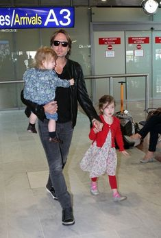 Keith Urban Photo - Keith Urban and Kids at the Airport