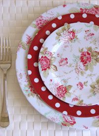 I love this Melamine pattern. Kitchen Items, Kitchen Decor, Red Plates, Cake Plates, Melamine Dinnerware, Dinnerware Sets, Red Cottage, Red Accents, Bunt