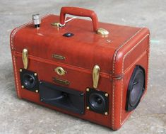 DIY Vintage Suitcase into a boombox http://decor2adoreable.com/vintage-suitcase-boombox/