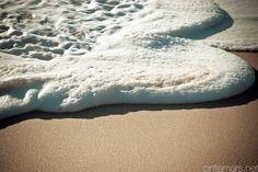 espuma que dejan al romper las olas en la arena - Buscar con Google