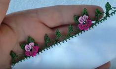 Sevgili hanımlar yine çok zarif tığ oyası iki yapraklı çiçek oya modeli yapımı ile beraberiz. Tülbent kenarı, yazma oyası modeli arayanlar için hem basit hemde gösterişli kolay örülen bu oyayı oya ve dantel dünyası video kanalı örüp detaylı video çekimini yapmış. Sitemizde hergün yenilerini yayınladığımız kolayından