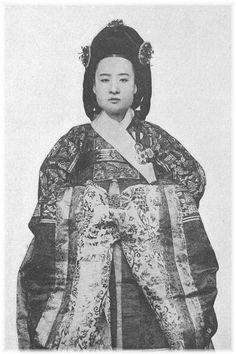 Korean Photo, Korean Peninsula, Under Pressure, Historical Costume, Old Photos, Asian Beauty, Snow White, Culture, Japanese