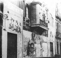 """El Petit Palais-Alkázar. Vemos en la primera foto una vista general del edificio (1930). A la derecha, con más detalle, vemos que figura ya el segundo nombre de la sala, en la que se estaba proyectando """"Blancanieves y los 7 enanitos"""" (1937). E l Cine Petit Palais estaba situado en el número 10 de la calle Liborio García , justo donde hoy se encuentran los conocidos almacenes Zara. Es obra del arquitecto Fernando Guerrero Strachan. Fue inaugurado el 15 de agosto de 1914, con el filme """"Severo…"""